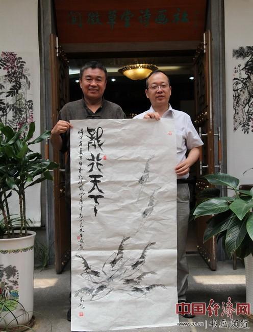 彭书民(左)、李新永(右)手持刚创作的国画合影