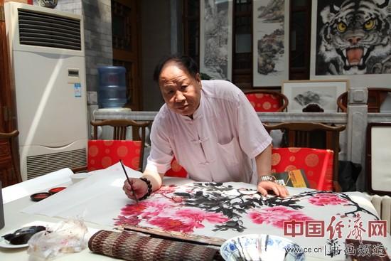 著名国画家刘天明在现场创作牡丹题材国画
