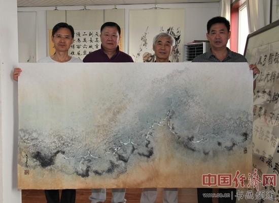 著名国画家姜云宗(左二)与书法大家于瑛(右二)、书画创作基地副主任范传志(右一)