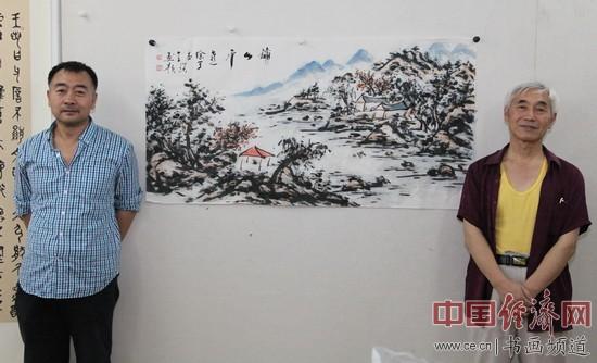 著名画家徐本全(左)与书法大家于瑛(右)在徐本全创作的山水国画旁合影