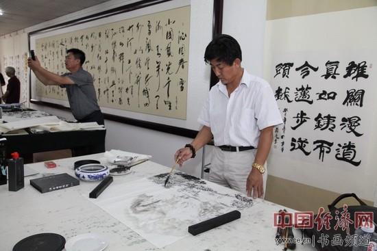 著名画家安继财在现场创作国画