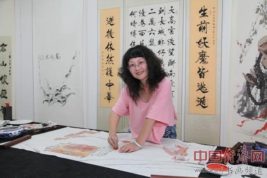 著名戏剧人物画家李白雪在现场创作国画