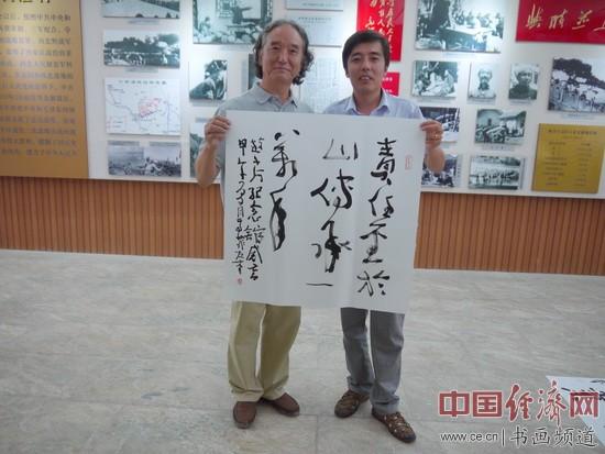 高菲(左)与小河会议纪念馆馆长(右)合影留念