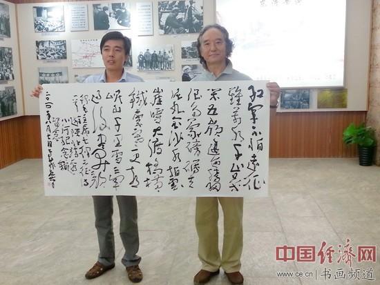 高菲(右)为小河纪念馆题字七律《长江》