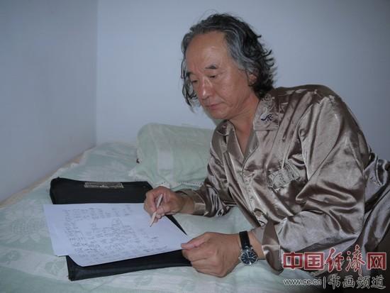 高菲先生夜里在卧室里作诗