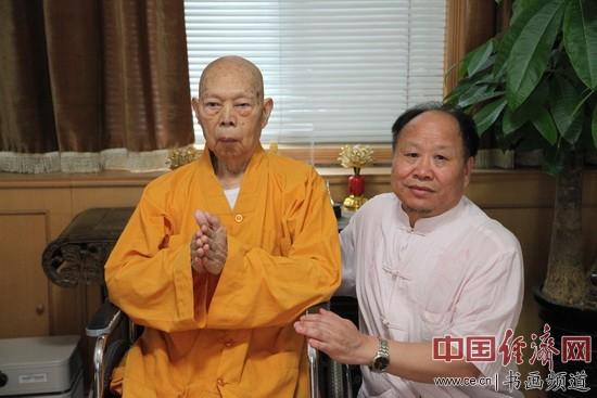 国画大家刘天明(右)与一诚法师(左)合影