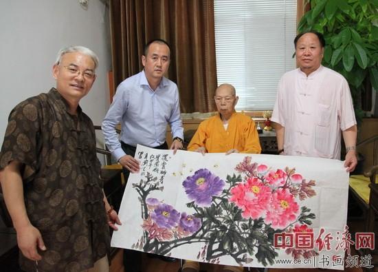 易经实用学家王粤生(左一)、国画大家刘天明(右一)与一诚法师(右二)合影