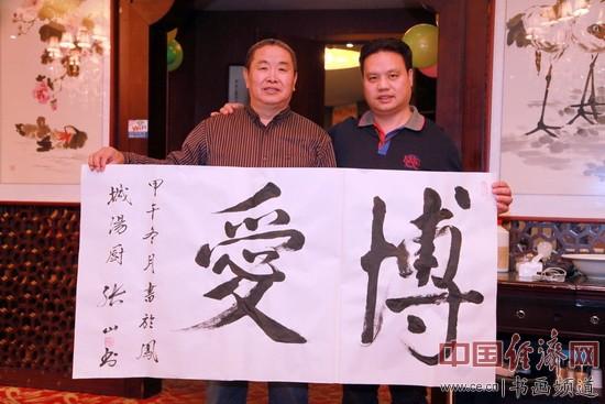 唐山市书法家协会副主席、唐山市戏剧家协会副主席张山(左)创作书