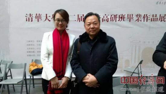 中晟国际拍卖总经理、中鼎国际艺术馆副馆长陈瑞女士(左)与学员在现场合影