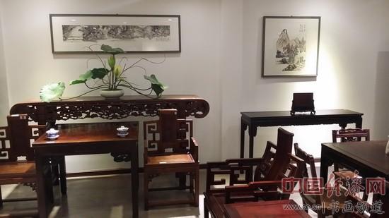 著名书法家弓超的国画作品与龙顺成的红木家具相得益彰 中国经济网记者李冬阳摄
