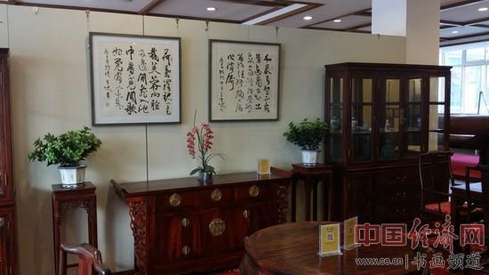 著名书法家弓超的书法作品与龙顺成的红木家具相得益彰 中国经济网记者李冬阳摄