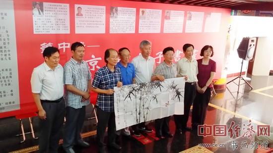 七位艺术家与国画大师吴东魁一起合影 中国经济网记者李冬阳摄
