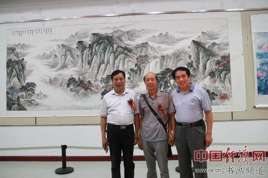 画家杜中良(中)与大汶口文化交流促进会会长张进善(右)、执行会长李道群(左)合影