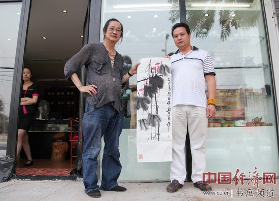 美籍华人、国画大师刘国伟(左)与凤城汤厨董事长梁建忠(右)合影