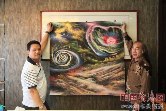 国画大家白雪狼(右)与凤城汤厨董事长梁建忠(左)合影