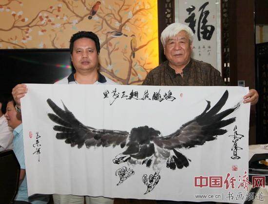 国画大家马满昌(右)与凤城汤厨董事长梁建忠(左)合影