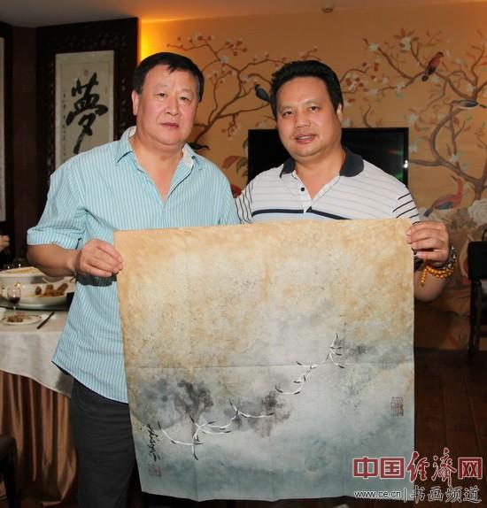 国画大家姜云宗(左)与凤城汤厨董事长梁建忠(右)合影