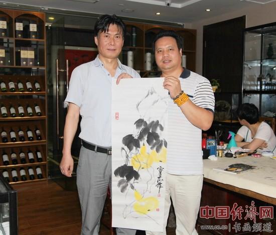 著名画家李宝志(左)与凤城汤厨董事长梁建忠(右)合影