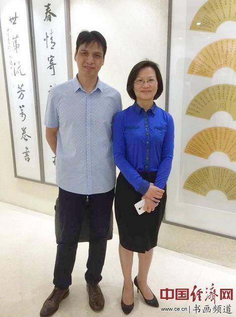 书画大家郑碎孟(左)与宿迁市副市长赵丽丽(右)在现场观展并合影