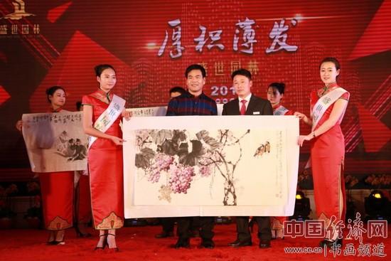 著名画家李泽存(左)创作国画并在现场展示
