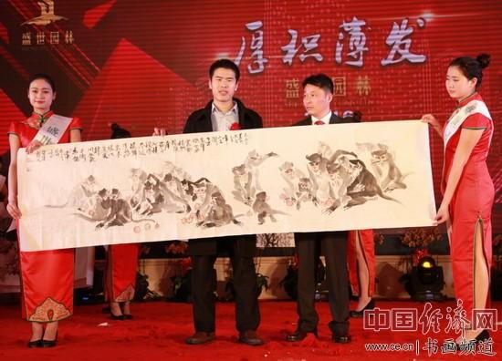 著名画家侯涛龙(左)创作国画并在现场展示
