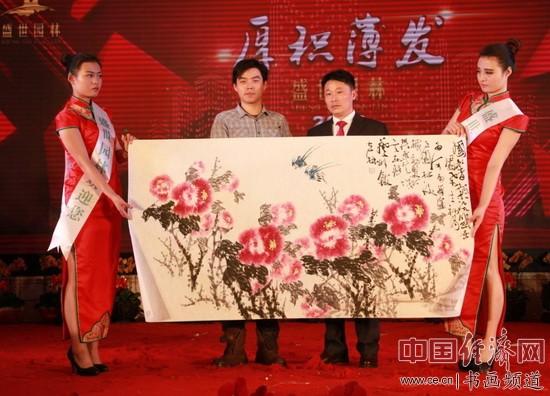 吴东魁弟子林立林(左)创作国画并在现场展示