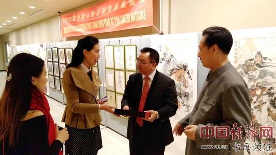 汪国新先生、郑桂兰董事长与联合国中国书会会长温学军先生先交流探讨。