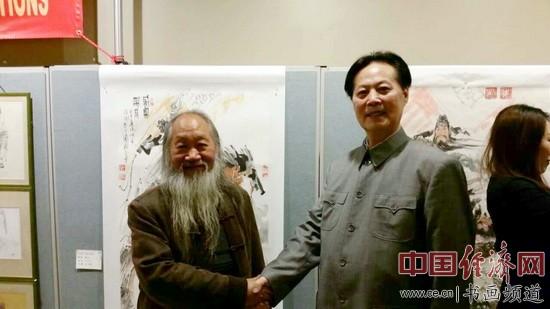 汪国新先生(右)与南京师范大学美术学院教授、博士生导师徐培晨先生(左)切磋探讨。