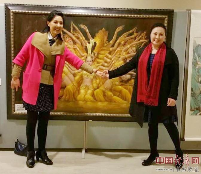 北京燕山红文化集团董事长郑桂兰(左)与华裔女博士、画家、美国女神艺术博物馆馆长赵琼女士(右)