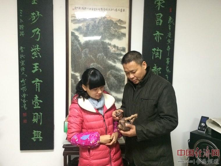 周程峰(左)与其父周荣金(右)