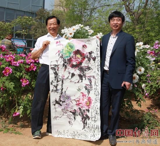 国画大师吴东魁(左)创作国画与河南学江置业公司董事长周学江(右)在牡丹园合影