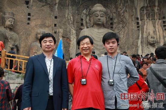 吴东魁(中)、周学江(左)、林立林(右)在洛阳龙门石窟采风