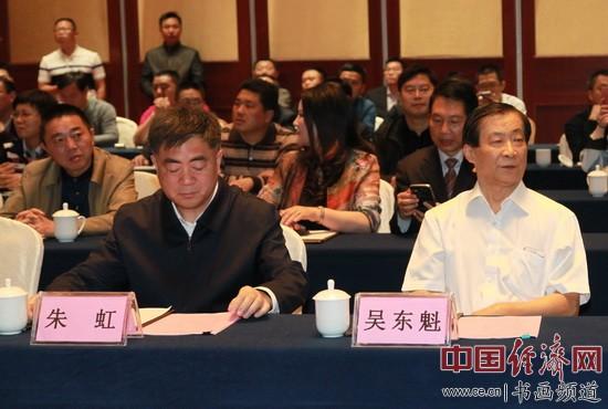 江西省委常委、省委秘书长朱虹(左)和国画大师吴东魁(右)在现场