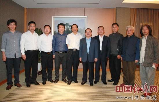 捐赠仪式后,江西省省长鹿心社亲切接见国画大师吴东魁先生一行并合影留念。