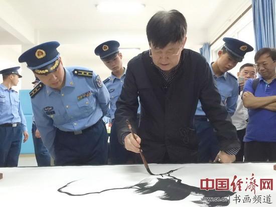中国美术家协会理事、黑龙江省美术家协会主席吴团良为官兵示范书写