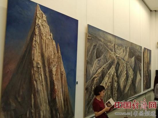 丁方画展展厅一角 中国经济网记者张雪摄