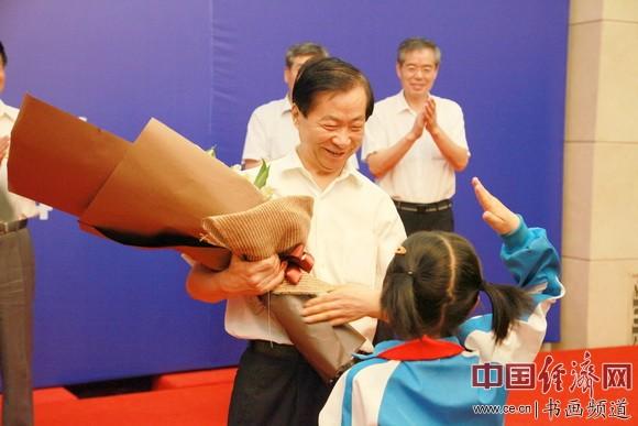 学生代表向吴东魁献花表示感谢