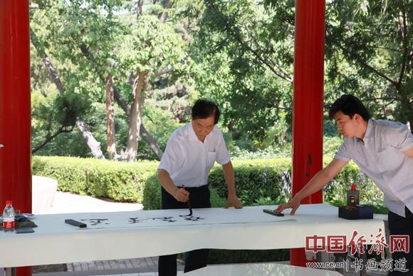 吴东魁老师为甘肃省教育厅挥毫泼墨