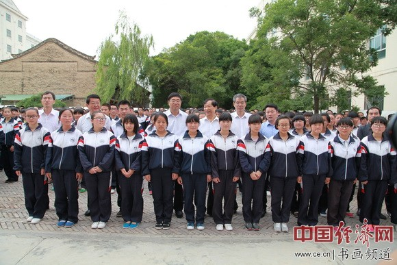 通渭一中吴东魁书画艺术馆揭牌仪式现场嘉宾与学生代表合影