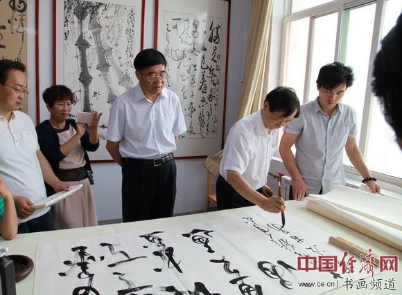 通渭一中吴东魁书画艺术馆内,吴东魁挥毫泼墨。