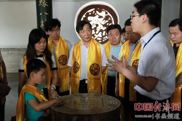 吴东魁一行在天水市市长的陪同下参观伏羲庙领略伏羲文化