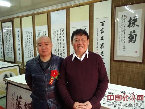 古典家具行业北京明雅堂堂主弓成明(左)到场祝贺,并与高全贵(右)合影。 中国经济网记者李冬阳摄