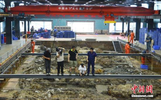 """迄今为止发现的世界最古沉船""""南海一号"""",因其本身价值和承载的众多文物而备受海内外瞩目。广东省文物考古研究所副所长、""""南海一号""""考古队领队刘成基5月23日表示,""""南海一号""""考古发掘第一阶段正式结束,此次发掘出土了包括国宝级漆器在内的大量珍贵文物,第二阶段发掘拟将于10月底启动。图为发掘现场。<a target='_blank' href='http://www.chinanews.com/' _fcksavedurl='http://www.chinanews.com/'></table>中新社</a>发 索有为 摄"""