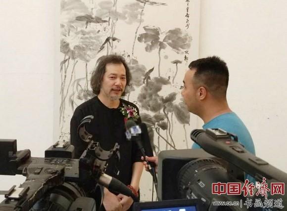 窦金庸在现场接受采访 中国经济网记者李冬阳摄