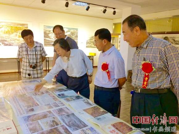 王俊松向来宾介绍其国画作品的创作心得