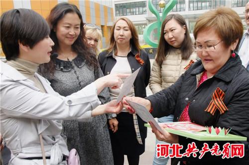 俄罗斯记者团一行到秦皇岛白塔岭小学参观