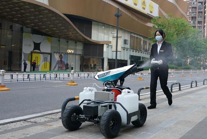 """武汉:消杀机器人""""显身手"""""""
