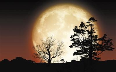 粉红月亮并不稀奇 漆黑的夜空隐藏着斑斓色彩