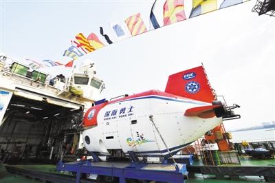 """海底1万米! 中国载人深潜将赴科研""""无人区"""" 两艘母船为潜水器护航"""