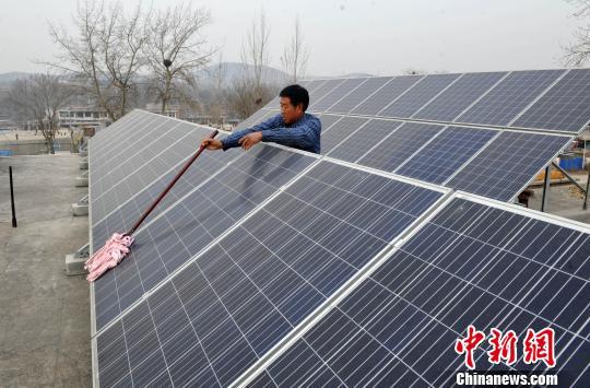 图为柳树沟村村民家中房上的光伏发电设施。 翟羽佳 摄